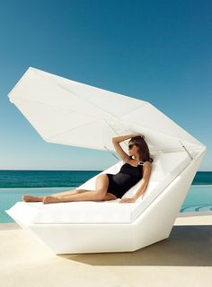 Stay cool in the sun with the vondom fan daybed with parasol in white perfect by the pool for hot days. Outdoor Loungers, Outdoor Seating, Outdoor Rugs, Outdoor Living, Outdoor Decor, Outdoor Daybed, Outdoor Spaces, Pool Furniture, Outdoor Furniture