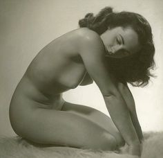 I Thought, I Thought I Saw Elizabeth Taylor Nude! Finally we get to see a nude photo of late screen icon Elizabeth Taylor. Elizabeth Taylor, Taylor Marie Hill, Divas, Brigitte Bardot, Golden Age Of Hollywood, Classic Hollywood, Lee Evans, Mike Todd, 50 Style