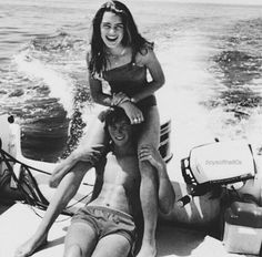 couple aesthetic Alice Fortescue and Frank Longbottom -taken by Marlene McKinnon and Lily Evans, on the McKinnon family boat. Lily Evans, Vintage Couples, Vintage Love, Vintage Kiss, Vintage Romance, Cute Relationship Goals, Cute Relationships, Marriage Goals, Cute Couples Goals