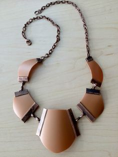 collar fabricado con botella de shampoo