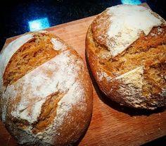 Mini sourdough... Pão de verdade é feito só com água farinha e sal. O fermento é natural. O sabor é levemente azedo o pão é crocante por fora e macio por dentro. Tem gluten? Sim! Do mesmo jeito que ele é feito há milhares e milhares de anos no mundo todo! Vale a pena investir em um pãozinho natural saudável e delicioso!  #cozinhanoape #cozinhaterapia #gastronomia #gourmet #culinaria #receita #amocozinhar #instafood #culinary #gastronomy #food #gourmet #cheflife #cooking #foodporn #instafood…