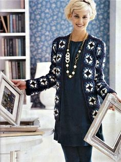 Meraviglioso cappotto all'uncinetto con i classici quadretti della nonna e con un ideale abbinamento dei colori