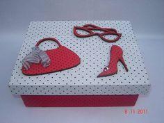 Caixa em MDF, pintada e forrada em tecido com apliques de madeira, forrados em tecido, de bolsa, óculos e sapato. A caixa tem bandeja interna e divisões para bijouterias. R$ 40,00