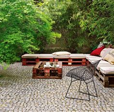 Pallets of garden furniture promise simple elegance and lasting comfort for the courtyard or terrace Garden Furniture Sets, Pallet Furniture, Outdoor Furniture Sets, Chill, Pallet Exterior, Sustainable Building Materials, Outside Room, Outdoor Spaces, Outdoor Decor
