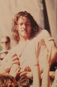 Ed I'll save you. You don't look comfortable here Mookie Blaylock, Pearl Jam Posters, Mister Ed, Pear Jam, Pearl Jam Eddie Vedder, Ed Edd, Best Rock Bands, Kings Of Leon, Chris Cornell