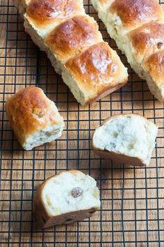Goldbraune Rosinenbrötchen #backen #Brötchen #Kinder Bread Bun, Bread N Butter, Everyday Food, Soul Food, I Foods, Great Recipes, Brunch, Cooking Recipes, Sweets