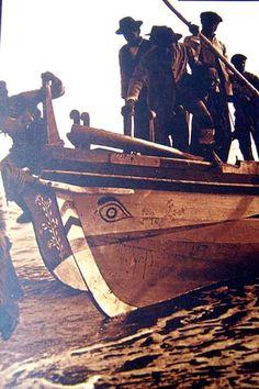 En la fotografía, posiblemente de la década de 1920, podemos ver unos sardinales o faluchos, que se dedicaban a la pesca de la sardina, calando extensos paños de redes que quedaban sumergidos a media agua y asi el pescado se atrapaba enmallado.