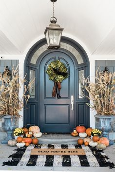✓ 75 Farmhouse Fall Porch Decorating Ideas - Page 75 of 75 - Fajrina Decor Decor, Fall Outdoor Decor, Door Decorations, Farmhouse Decor, Front Porch Decorating, Modern Farmhouse Porch, Fall Decorations Porch, Fall Front, Front Door Decor