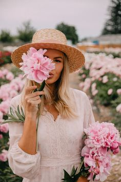 Peonies for Days - Barefoot Blonde by Amber Fillerup Clark Essentially the most affectionate plant Spring Photography, Portrait Photography, Amber Fillerup Clark, Sparkling Stars, Barefoot Blonde, Girls With Flowers, Boho Stil, Spring Photos, Flower Farm