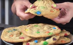 Dames en heren, wij presenteren jullie met trots: de lekkerste koekjes óóit. Dankzij het recept van redactrice Robine blijven deze M&M cookies heerlijk zacht, maar toch ook een tikkeltje krokant. Ooit een cookie besteld bij Subway? Deze cookies zijn ongetwijfeld nóg lekkerder. Bakken maar!