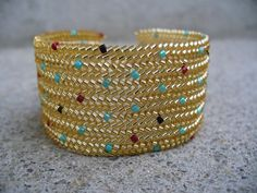 Not bright gold, but . Diy Beaded Bracelets, Beaded Bracelet Patterns, Jewelry Patterns, Beading Patterns, Seed Bead Jewelry, Beaded Jewelry, Handmade Jewelry, Jewellery, Twin Beads
