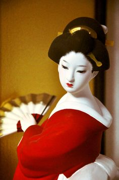 Japanese dolls are so real, it's almost as if they each had a spirit. Japanese Geisha, Japanese Kimono, Japanese Art, Japanese Doll, Hina Dolls, Kokeshi Dolls, Art Dolls, Doll Japan, Turning Japanese