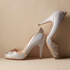 These beautiful vintage inspired blue art deco high heels feature an adorable peep toe, elegant scallop detail and a simply stunning color combination