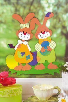 Das Fensterbild basteln Sie am besten für Ostern. Die süßen Osterhasen sind die perfekte Deko für Ihr Fenster. Die Vorlage gibt es hier zum Download.