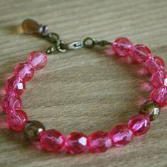 bracelet rose corail en perles de bohème à facettes ! Belles perles de République Tchèque couleur rose clair, barbie princesse ! Avec des apprêts en bronze et une goutte en verre en finition (autres couleurs dispos) =) #octopop #bijoux #rose #bracelet #corsica #handmade