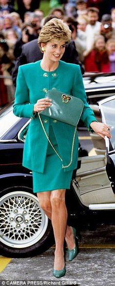 Diana is pictured with a green Lady D as she visits the Royal Marsden hospital in February 1993 Princess Diana Fashion, Princess Diana Family, Princess Diana Pictures, Prince And Princess, Princess Of Wales, Princesa Diana, Estilo Real, Lady Diana Spencer, Queen Of Hearts
