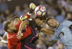 El delantero uruguayo del FC Barcelona Luis Suárez (c) cabecea un balón entre Hugo Mallo (d) y el portero Sergio Álvarez, ambos del Celta, durante el partido.