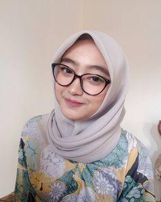 hijab kacamata cantik