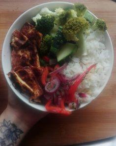 """Primera vez cocinando tofu y cuando lo probé pensé """"Soy una fucking Chef 😃"""" Queda súper crujiente (mi mamá dice que sabe a queso frito) y no lleva ni una gota de aceite.🌱🍚❤ Aparte del bowl, comí otro sólo con frijoles, porque sin frijoles no vivo jaja. . . . #vegan #veganlunch #veganbowl #veganfoodshare #vegancostarica #tofu #veganrecipe #whatveganset #buddhabowl #tofubowl #ricebowl #govegan #crispytofu #healthyvegan Vegan Recipes from BEAUT.e See more recipes >>"""
