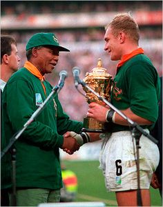 "South African President Nelson Mandela & François Pienaar, captain of the Springboks- Rugby World Cup ""One Team, One Country"" just looking at this makes me well up with pride to be a Saffer! Rugby League, Rugby Players, Rugby World Cup Trophy, Nelson Mandela Pictures, South African Rugby, South Africa Rugby Team, Rugby Games, Champions, One Team"