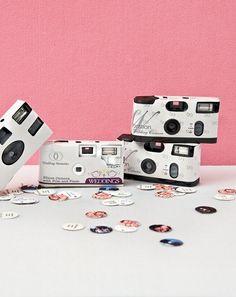 Hochzeitskameras werden nach wie vor gern auf der Feier verwendet. Ab drei Euro können Sie diese als Gastgeschenke ausstatten. Von kleine bis große Gäste werden bestimmt beim Fotografieren Spass haben.