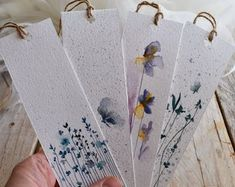 m fine tassels af det pink og grå silkeagtige garn? Creative Bookmarks, Cute Bookmarks, Bookmark Craft, Handmade Bookmarks, Paper Bookmarks, Corner Bookmarks, Watercolor Bookmarks, Watercolor Cards, Floral Watercolor