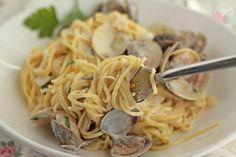 Espaguetis con almejas y vino blanco. Receta paso a paso