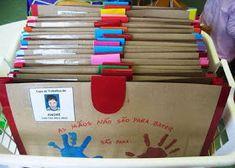 Risultati immagini per capas para portfólios no jardim infantil Classroom Organization, Classroom Decor, Art For Kids, Crafts For Kids, Art Bulletin Boards, Kindergarten Portfolio, Name Activities, School Fun, Preschool Crafts