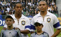 No jogo comemorativo dos 100 anos da Fifa, entre Brasil e França, a Seleção Brasileira jogou de branco, em homenagem aos primeiros uniformes utilizados pela equipe. Ronaldinho e Ronaldo posaram na moda retrô. Foto: UOL