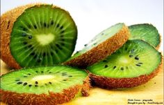 Growing Kiwis - There are three types of Kiwis we can grow for fruit in the US. Fuzzy Kiwi (Actinidia deliciosa), is the species that produces the brown. Kiwi Smoothie, Smoothies, Healthy Tips, How To Stay Healthy, Healthy Drinks, Health And Nutrition, Health And Wellness, Health Foods, Health Benefits