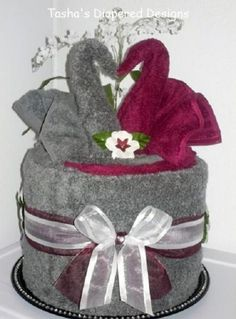 A beautiful towel cake made with towels the color of the wedding. - A beautiful towel cake made with towels the color of the wedding. A beautiful towel cake made with towels the color of the wedding. Wedding Napkin Folding, Wedding Napkins, Craft Gifts, Diy Gifts, Towel Origami, Napkin Origami, Wedding Towel Cakes, Towel Animals, How To Fold Towels
