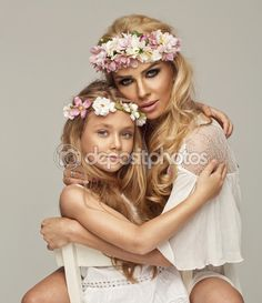 Madre e hija abrazando — Foto stock © kiuikson #81295410