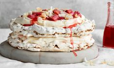 ...fyldt med friske rabarber og hvid chokoladeganache 💕 Meringue Pavlova, Pavlova Recipe, Great Desserts, Dessert Recipes, Frisk, Sweet Treats, Good Food, Food Porn, Food And Drink