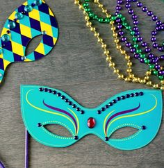 Fat Tuesday's almost here! Celebrate with a printable Mardi Gras mask that's quick and easy to make. - Everyday Dishes & DIY