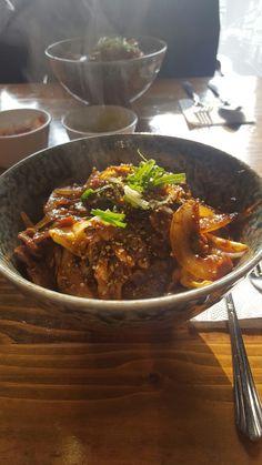 지혜가 극찬하던 파파돈 고기덮밥. 채소가 많아서 흠이었지만 아주 맛있었어요. 분위기도 넘나 좋은 것.