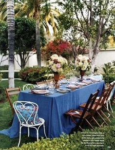 I like how this table cloth drapes onto the ground Outdoor Dinner Parties, Dinner Party Menu, Outdoor Entertaining, Outdoor Decorations, Table Decorations, Funky Chairs, Party Catering, Party Tables, Table Set Up