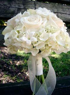 All White Wedding Bouquet Arranged With: White Roses, White Calla Lilies, White Stephanotis & White Viburnum White Roses Wedding, White Wedding Bouquets, Rose Wedding, White Flowers, Floral Wedding, Trendy Wedding, White Bridal, Wedding Ideas, Bridesmaid Bouquets
