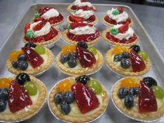 Îţi este poftă de un desert simplu şi delicios? Încearcă reţeta următoare!  INGREDIENTE: Aluat: 100 g faina O lingura drojdie uscata Jumatate de cana de ulei O cana cu apa Un praf de sare Umplutura si topping: 1 plic budinca cu vanilie 1 plic zahar Fresh Fruit Tart, Fruit Tarts, Romanian Desserts, Restaurant, Mini Cupcakes, Waffles, Sweet Treats, Cheesecake, Muffin