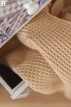 Hyggelige Kuscheldecken für die kalte Jahreszeit. #meinhöffi Tie Clip, Pillows & Throws, Blue And White, Summer, Ad Home, Tie Pin