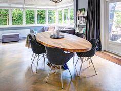 ZWAARTAFELEN I Wat een plaatje! I Prachtige ovale tafel met stalen kruispoot I Handgemaakt door Zwaartafelen I www.zwaartafelen.nl I