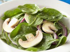 Auch als Salat schmeckt Spinat super. Spinat-Champignon-Salat - smarter - Zeit: 20 Min. | eatsmarter.de