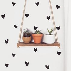 Boa noite com nosso Kit de Adesivos Corações Irregulares para te inspirar a encher sua parede de amor. Link da loja online aqui no perfil. #DivirtaSeDecorando #decor #decoracao #frases #inspiracao #homedecor #instadecor #apartamento #casamento #frase #mensagem #mensagemdodia #cantinho #arquitetura #designdeinteriores #coração #casadecorada #plantinhas #scandi #estiloescandinavo #hearts #crosley #Inspiração #homedecor #boanoite #segundafeira #love #amor