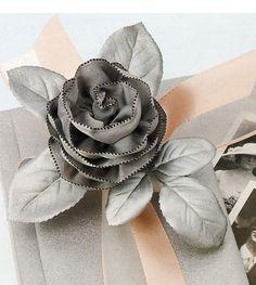 Make a ribbon rose using wired ribbon. DIY: How to make ribbon roses. Ribbon Art, Diy Ribbon, Wired Ribbon, Ribbon Crafts, Flower Crafts, Ribbon Bows, Ribbon Flower, Ribbons, Handmade Flowers