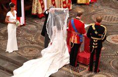 Kate Middleton viel   Kate Middleton Father of the bride Michael Middleton lifts the bridal ...