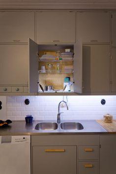 Grey kitchen from the Emma's Kitchen, Kitchen Backsplash, Kitchen Cabinets, Kitchen Ideas, 50s Style Kitchens, Retro Home, Kitchen Styling, New Homes, Dining Room