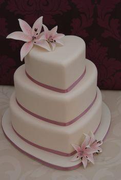 hochzeitstorte-herz-romantisch-dessert-rosa-lilien-inspiration