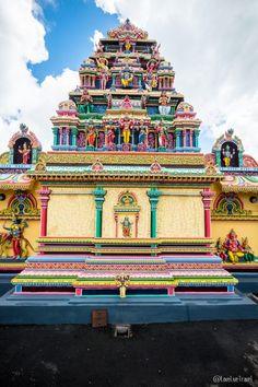 influence Hindou sur l'Ile, avec les temples et les Sari Indiens portés par les locaux (65% de la population). Indian Temple Architecture, Asian Architecture, Amazing Architecture, Temple Indien, Temple Tattoo, Shivaji Maharaj Hd Wallpaper, Mauritius Island, Cute Tumblr Wallpaper, Shiva Statue