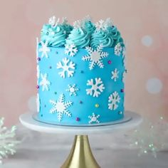 Tis the season for love and holidays😍  Credit:   Cake Decorating Frosting, Cake Decorating Videos, Cake Decorating Techniques, Frozen Themed Birthday Cake, Themed Cakes, Winter Torte, Winter Cakes, Pastel Frozen Betun, Snow Cake