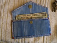 Make A Denim Purse With Cardboard - This would be handy for taking change to yardsales. Jean Crafts, Denim Crafts, Reuse Jeans, Diy Sac, Denim Ideas, Denim Bag, Diy Denim Purse, Recycled Denim, Change