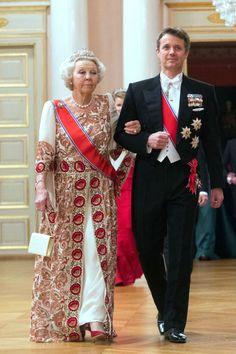 Beatriz de Holanda lució un vestido blanco con estampados en colores rojizos, combinado con la tiara Wurttemberg y un collar de perlas.